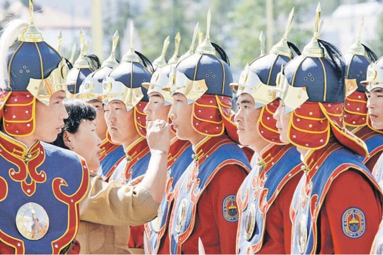 Монголия приветствует иностранцев с парадного входа (на фото - почетный караул готовится к встрече зарубежной делегации в аэропорту Улан-Батора), а провожает все чаще с заднего крыльца.