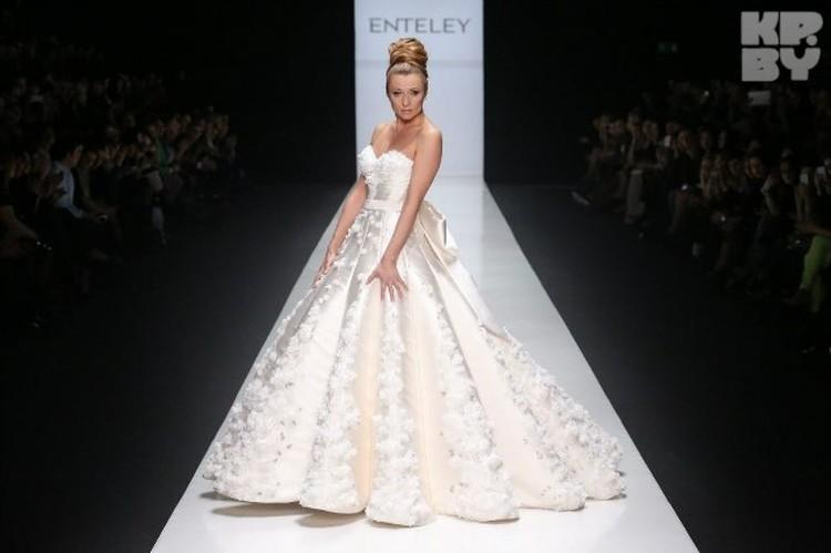 В апреле прошлого года Анжелика уже примерила одно свадебное платье во время Недели моды в Москве.  Правда, в нем выходить замуж певица не будет.  Планирует в наряде от Валентина Юдашкина
