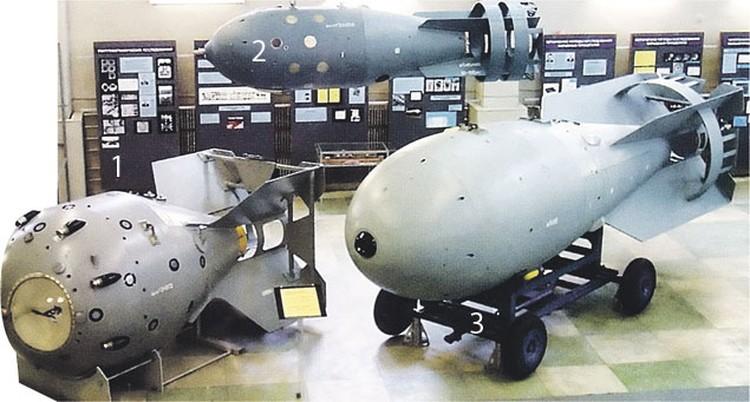 Первые советские атомные бомбы, которые носили зашифрованное название «Ракетный двигатель специальный» :   1 - РДС-1 - аналог американского «Толстяка», сброшенного на Нагасаки, 2 - серийная РДС-4 (прозвище - «Татьяна»), стоявшая на вооружении ВВС,  и 3 -