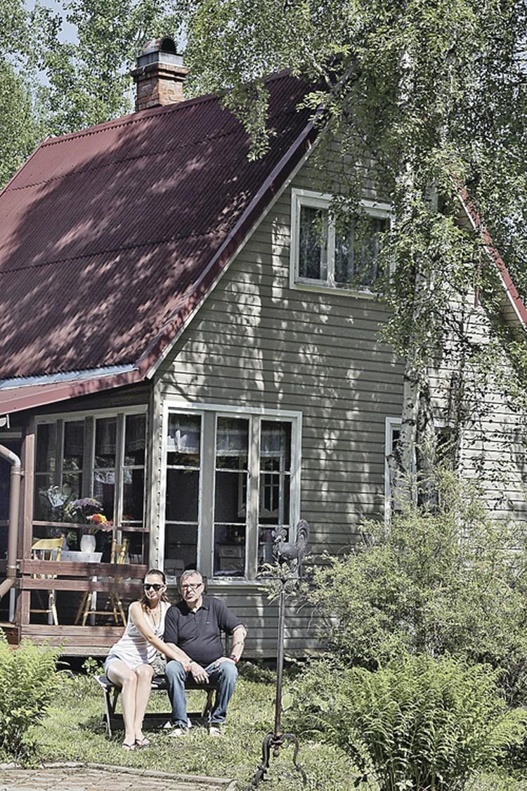 56-летний Андрей Ургант и его 27-летняя супруга Елена счастливы и на скромной дачке без воды и канализации.