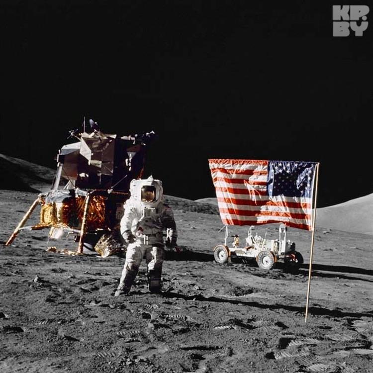 После водружения флага, он некоторое время продолжал развеваться (это заметно на видео), хотя атмосферы на Луне нет.