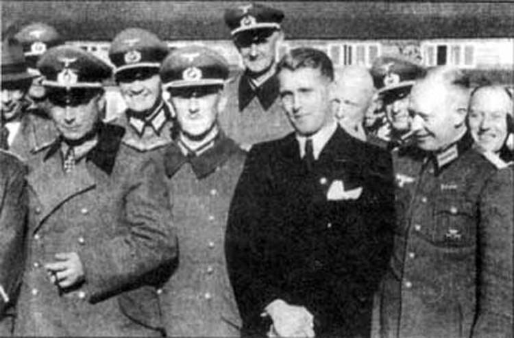 Отцом американской космонавтики считается Вернер фон Браун (в центре). Это бывший эсэсовец, звание профессора давал ему лично Гитлер.