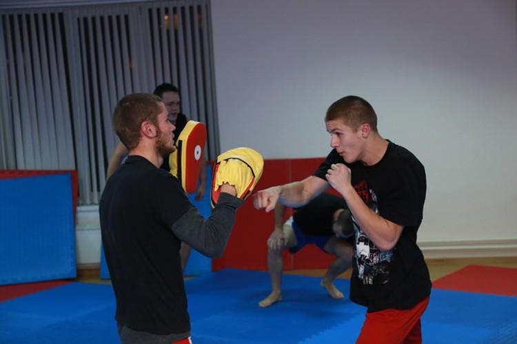 Кто-то из спортсменов пришел сюда из дзюдо, каратэ. Кто-то снял боксерские.