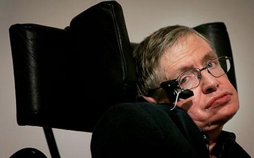 Лауреат Нобелевской премии Стивен Вильям Хокинг изучает фундаментальные законы, которые управляют Вселенной