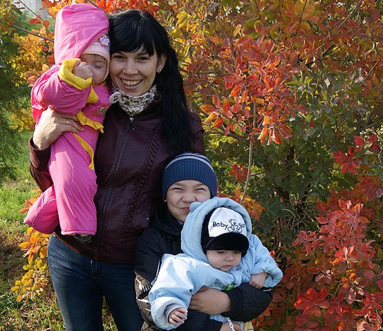 Лена Журавлева со старшим сыном Владом и двойняшками Артемом и Настей.