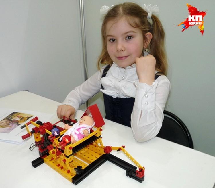 Юная Эвелина Щеголева сконструировала качалку для пупса.