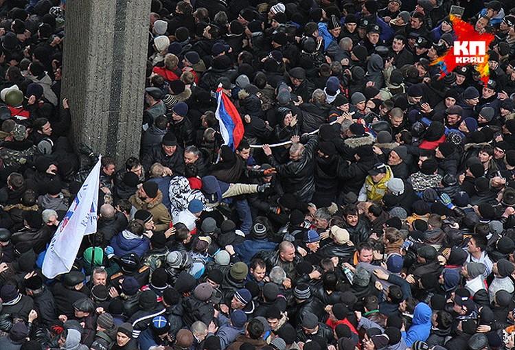 Пик противостояния: сторонников российского курса вытесняют с площади.