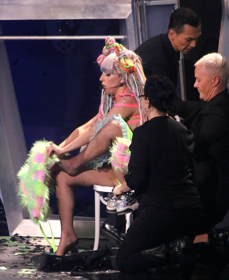 Гага пела, раздеваясь догола и натягивая на себя следующий наряд.