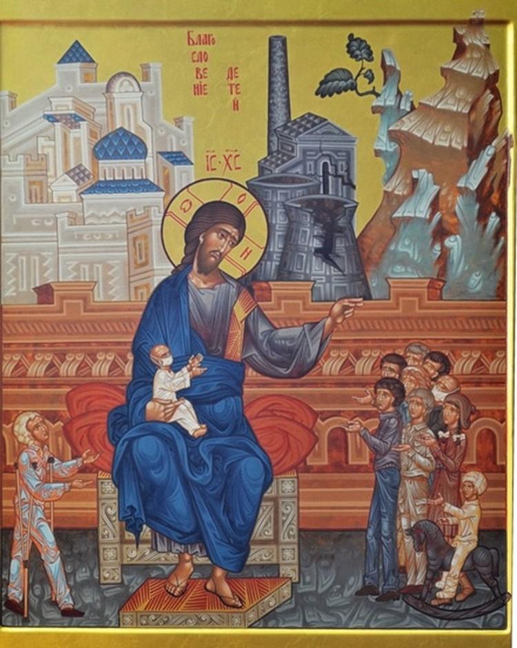 Перед Иисусом на изображении справа стоят дети, на коленях – ребенок в медицинской маске. Слева – подросток на костылях. А на заднем фоне – разрушенный ядерный реактор в виде черной башни.