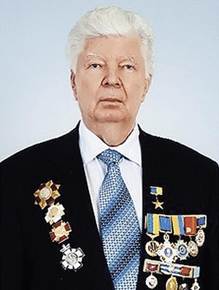 Порошенко-старший в СССР получил 5 лет с конфискацией имущества за хищения в особо крупных размерах. Теперь он Герой Украины.