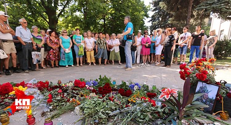 В те минуты, когда Петр Порошенко произносил свою первую президентскую речь, под зданием областной администрации Луганска собрались около сотни человек