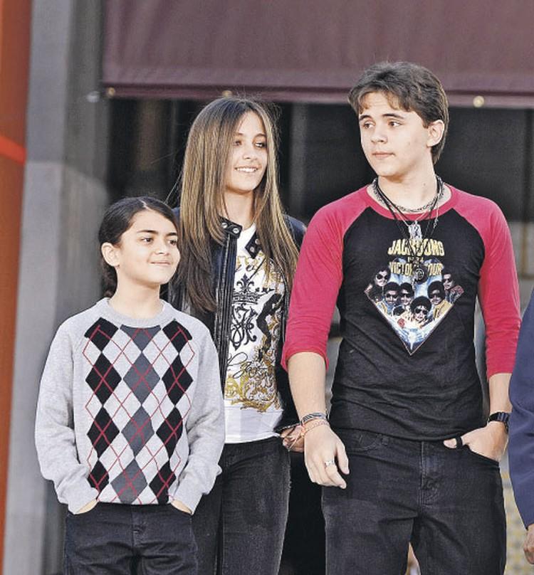 Дети Джексона (слева направо): Принс-второй, Пэрис и Принс давно подросли и сняли маски, скрывающие лица.
