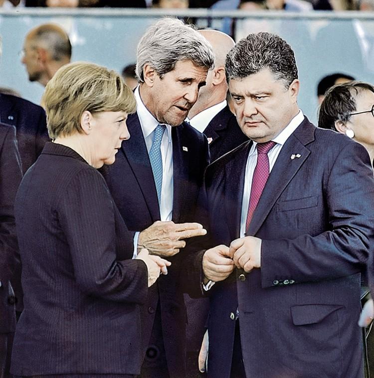 Германию поневоле втянули в интриги, которые США плетут на Украине.  На фото - Ангеле Меркель приходится соглашаться с указаниями американского госсекретаря Джона Керри Петру Порошенко.