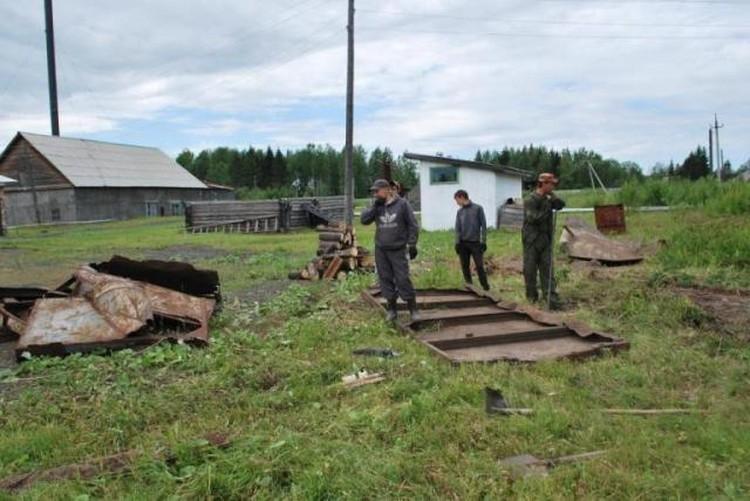 На фото распиленные ворота шлюза, через который в бывший лагерь «Пермь-36» заезжали автомашины и автозаки ввозили заключенных.