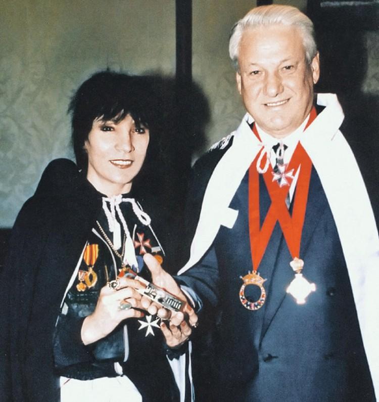 Борис Ельцин наградил Джуну орденом Дружбы народов, а она его - Мальтийским крестом.