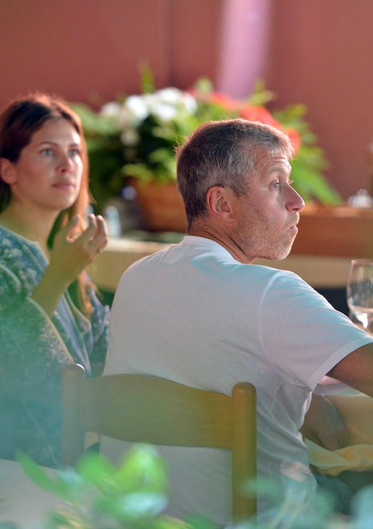 В Италии олигарх и его подруга посещают местные рестораны и весело проводят время с друзьями и местными знаменитостями.