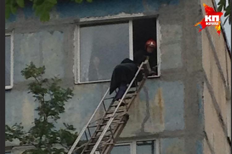 Некоторые жильцы смогли покинуть свои дома только при помощи спасателей