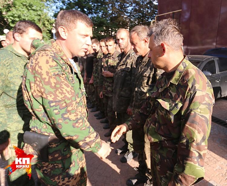 Перед строем пленных выходит премьер-министр ДНР Александр Захарченко