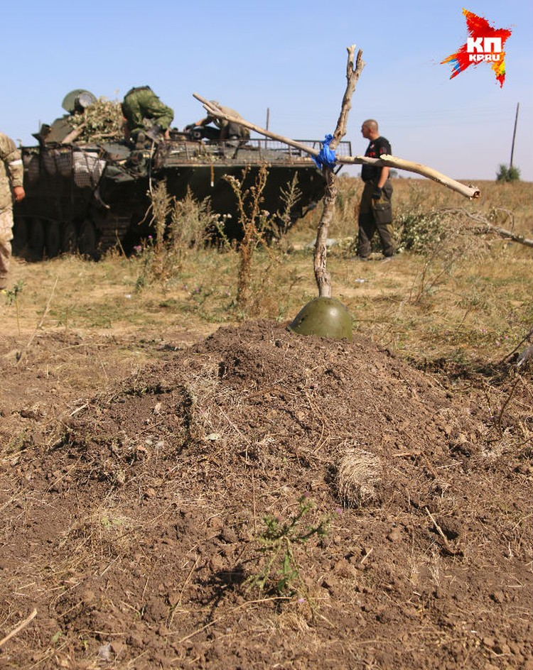 В этом захоронении, по словам местных жителей, до семи украинских солдат