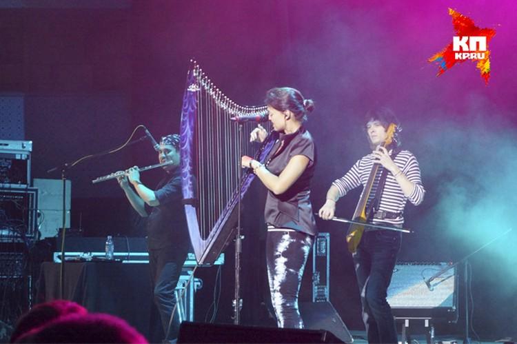 Во время выступления Хелависа периодически играла на ирландской арфе