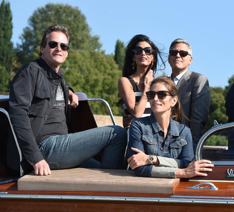 Мужу Синди Кроуфорд, как своему близкому и давнему другу, Клуни доверил роль шафера.