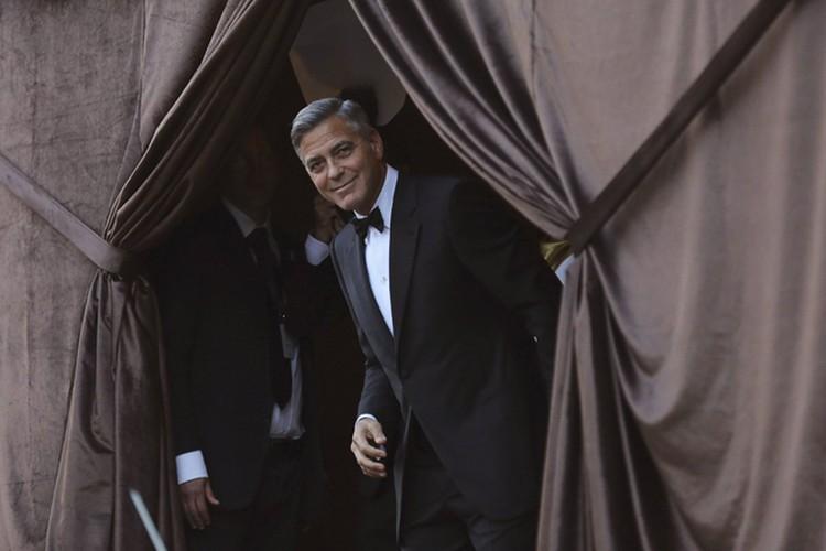 У входа в отель Аман установили шатер, в котором скрылся без пяти минут молодой муж. Невесту Амаль Аламуддин фотографам так и не удалось снять.