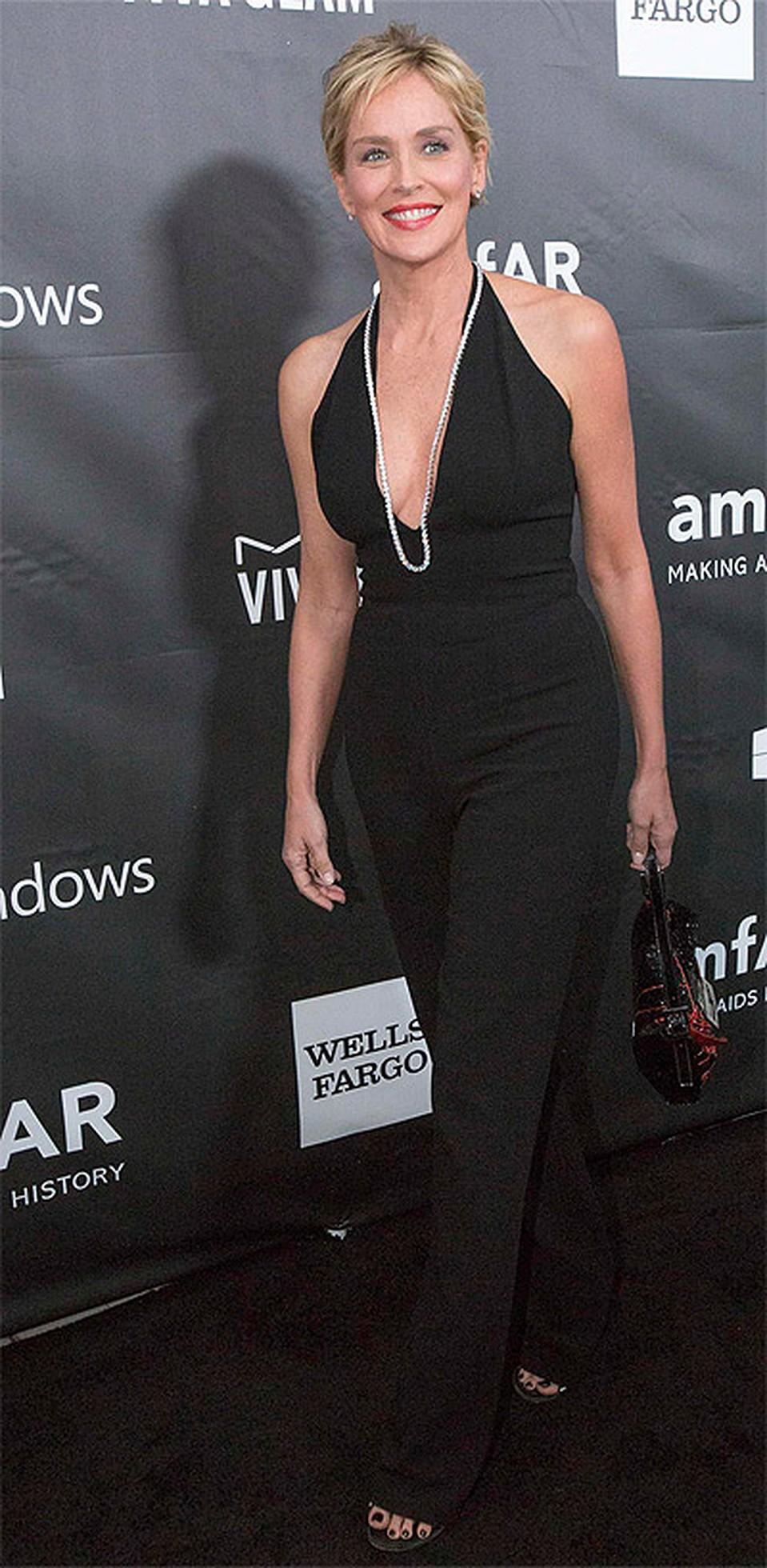 59-летняя Шэрон Стоун вышла в свет без макияжа и в платье с глубоким декольте