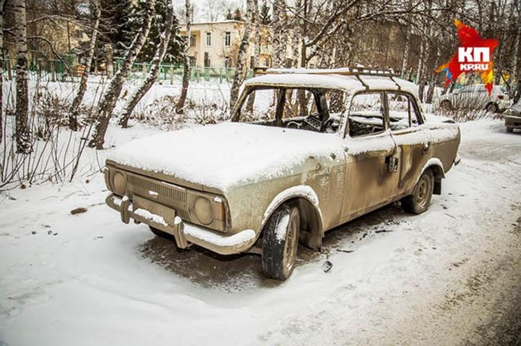 Побитые стекла и обгоревшие двери. Теперь остатки автомобиля напоминают пенсионеру о той ночи, когда он лишился своего «кормильца»