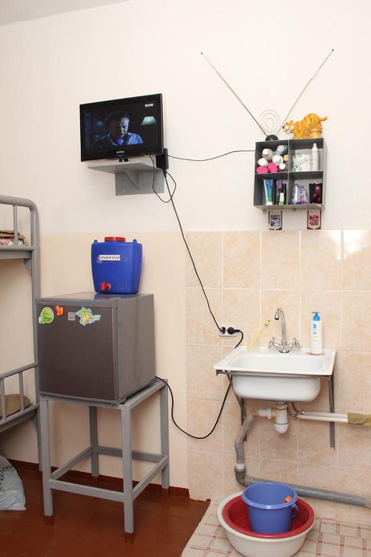 Из коммунальных благ - горячая и холодная вода, холодильник. Из развлечений телевизор