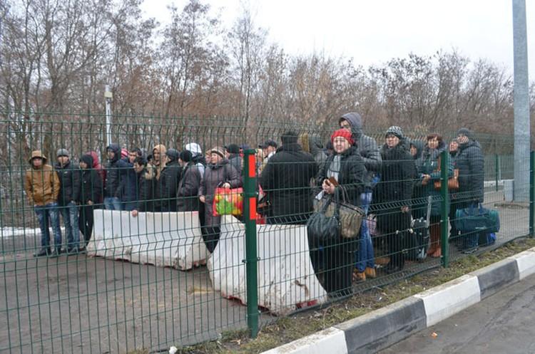 Мигранты толпами приезжают на границу, чтобы оформить «выезд-въезд», а затем вернуться в Россию.