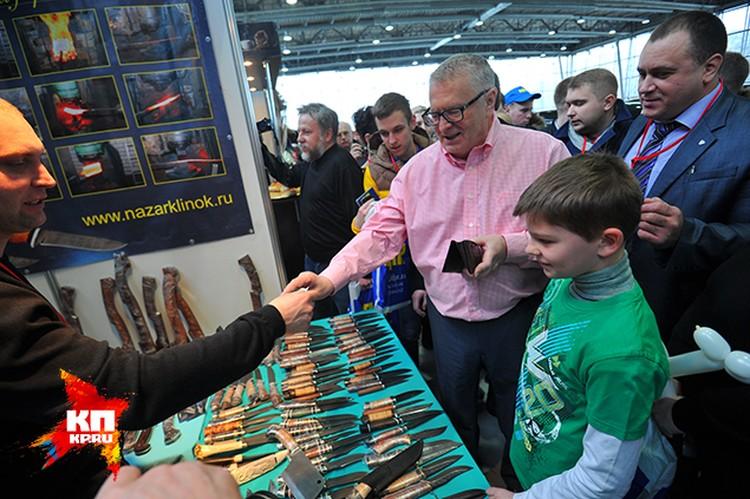Жириновский купил дорогие перочинные ножи окружившим его мальчишкам.