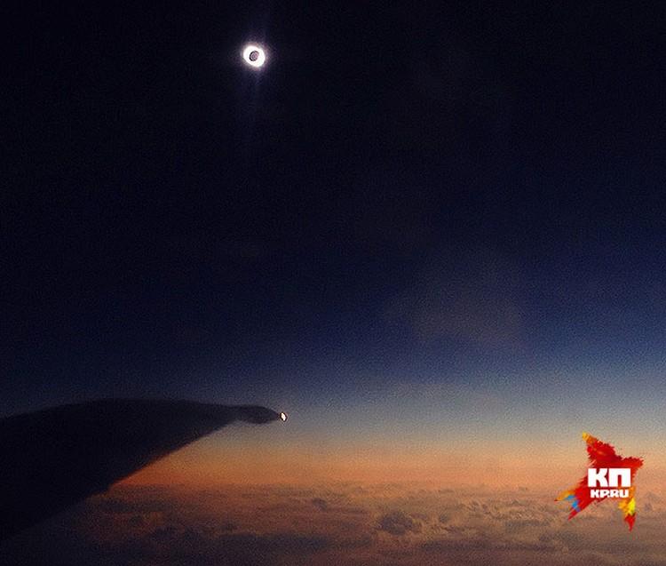 Полное затмение. Луна полностью скрыла солнечный диск. Вспыхнули неописуемой красоты корона и бриллиантовое кольцо, которое образуется из-за гор на Луне, через которые пробивается солнечный свет.