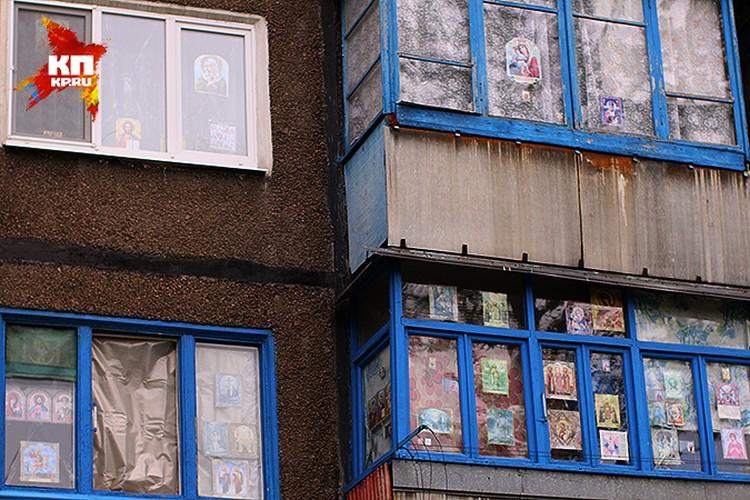 По улице Чапаева все дома с попаданиями, а вот «Дом с иконами» пока пронесло. Хотя некоторые окна затянуты пленкой.