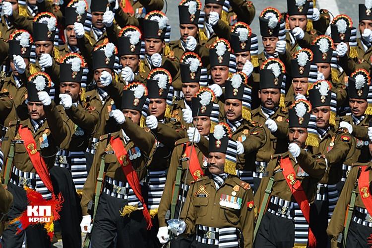 Шагает строй гвардейцев из Индии