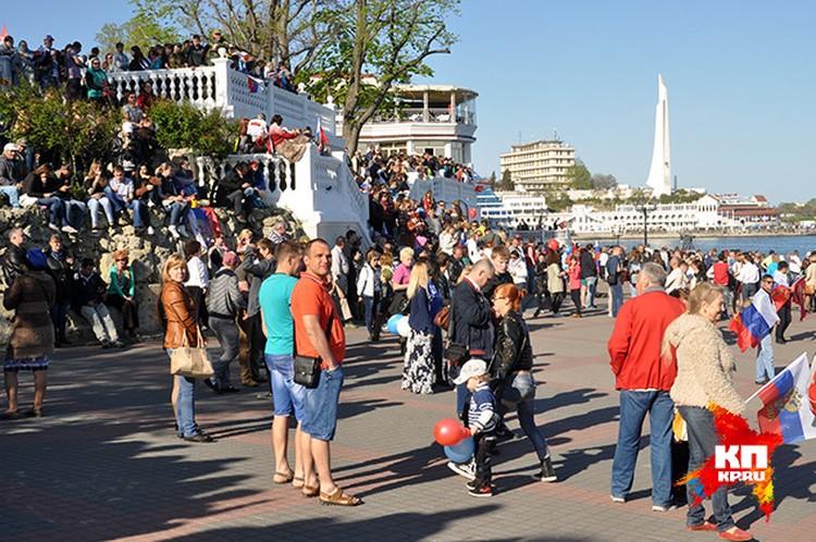 9 мая в Севастополе не протолкнуться. Посмотреть парад люди приехали со всей России. Фото: Анастасия МЕДЫНЦЕВА