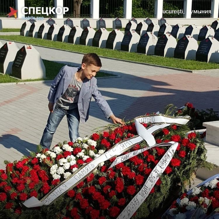 Возложение цветов в Румынии.