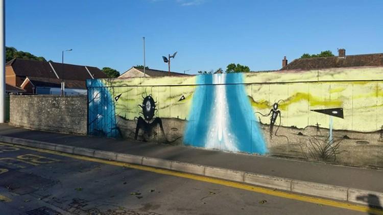 Графити охватило разные моменты нашесмтвия - впллоть ддо пришельцев.