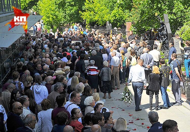 На кладбише пришло около 250 человек.