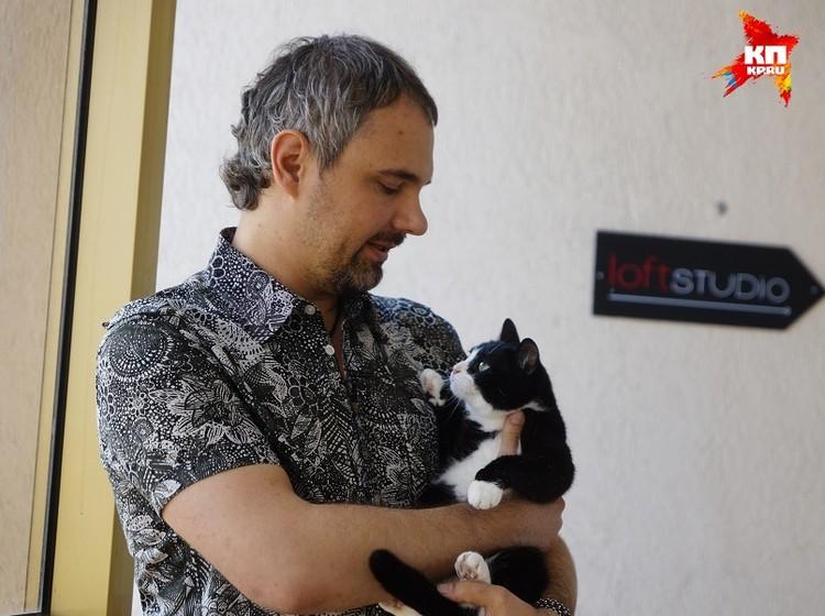 Дмитрий со своей любимицей Крысой