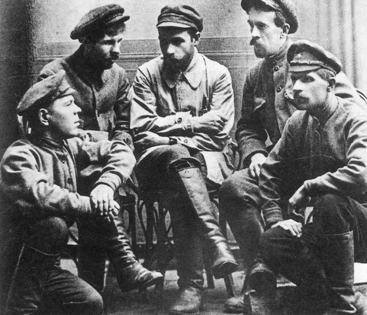 Фотография на память после совершения убийства. Слева направо: Марков, Колпащиков, Мясников, Иванченко, Жужгов