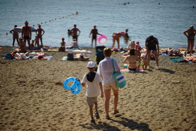 На всех «официальных» пляжах все необходимые упражнения по безопасности сделаны — буйки,спасатели, медпункт
