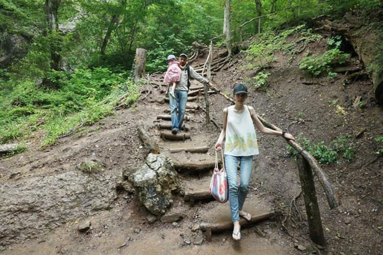 Водопад Джур-джур, лестница, конечно, аутентичная и очень опасная. Обещанный экстрим.