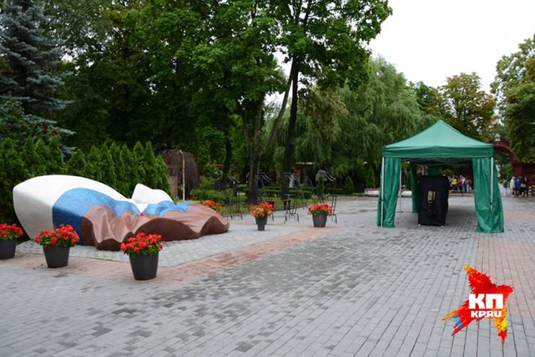 На центральной площади Новодевичьего кладбища уже установили шатры, и специальные подставки под венки