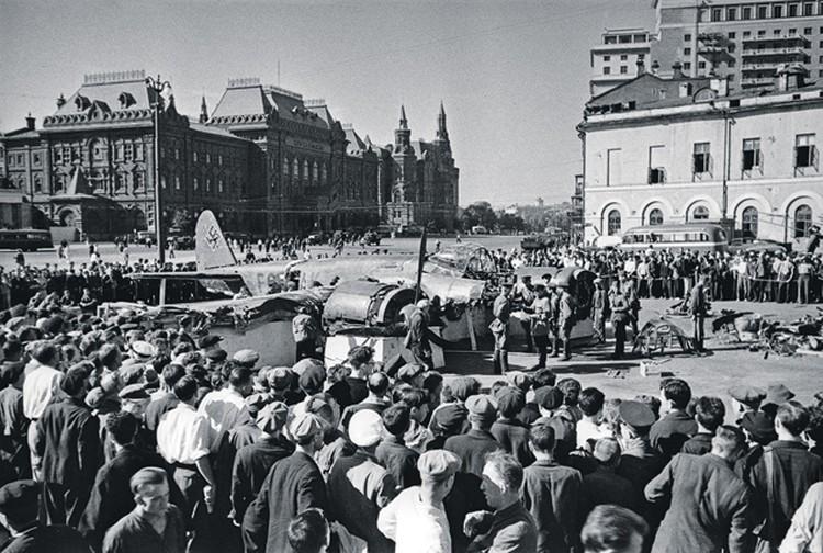 Москвичи на пл. Свердлова (Театральная) осматривают сбитый немецкий самолет. Июль 1941 г. Фото: А. Устинов