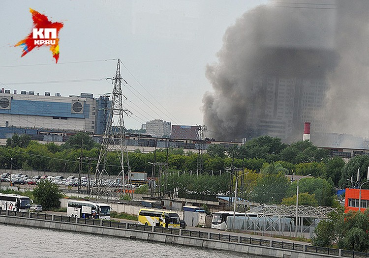 Большой столб дыма был виден из разных районов столицы.