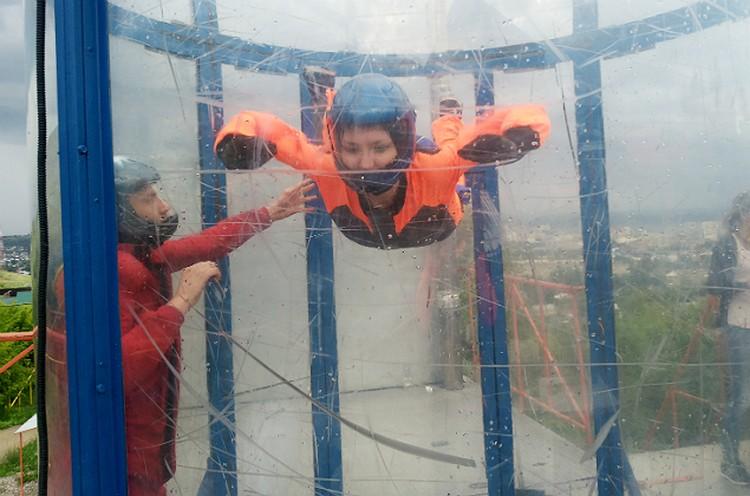 Со страхом высоты справляемся в аэродинамической трубе -прозрачном цилиндре, внутри которого прогоняют воздух с помощью мощного вентилятора