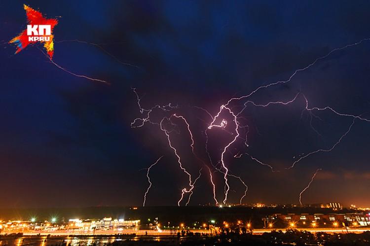 Екатерина Б. написала на своей страничке:  - Предгрозовая Москва похожа на сказку. Такая мощная суровая красота. Затихает... А потом ураган, гром, молнии, ливень стеной!