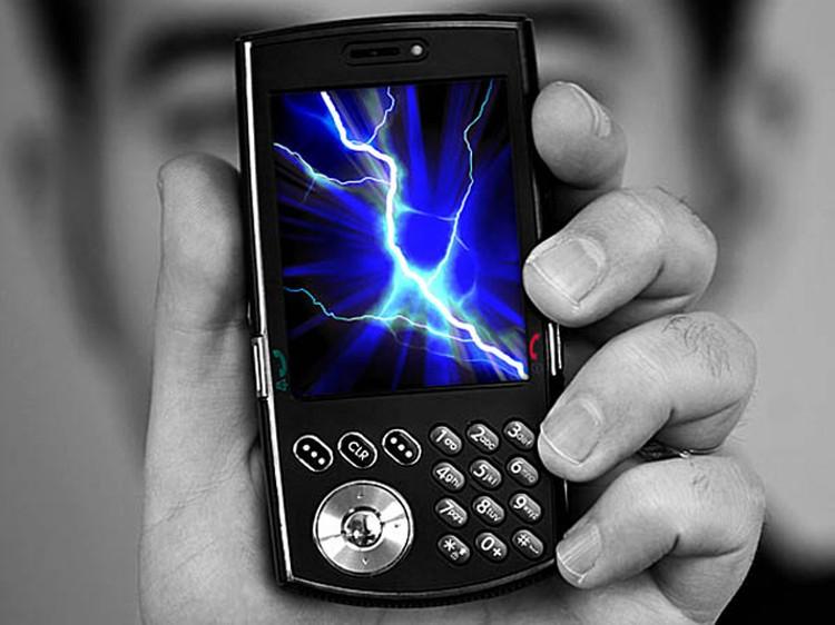 Разговоры по мобильнику в грозу сделаюь абонента недоступным - не только врменно, но и вечно.