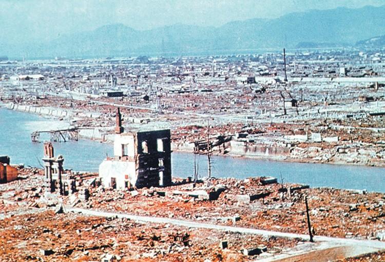 Так выглядела Хиросима на следующий день после удара.  Мощный взрыв уничтожил до 90% всех зданий в городе.