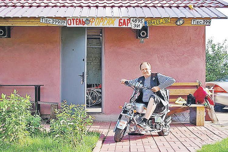 В свободное время водитель Пугачевой Игорь Польшиков любит погонять по дачному поселку на мотоцикле. Фото: Одноклассники